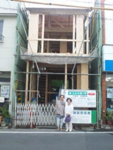 上棟して、家内と母と。細い店になりました。