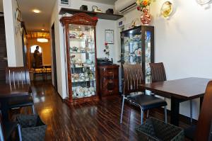 喫茶ルームと洋骨董販売。畏まらず珈琲480円もどうぞ。