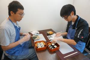 稲荷と巻寿司を造って江戸時代の器に盛り付けます。