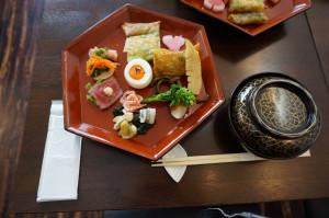 碗の中は桜ご飯。その他海老しんじょうのお吸い物